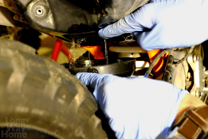 Przed demontażem pompy należy zlać resztki paliwa - Fuel tank has tobe empty before taking pump out