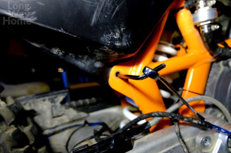 Zablokuj ośkę dolnych śrub mocujących zbiornik przy pomocy imbusa 5mm... - Lock lower mounting bolts shaft using 5mm Allen key...