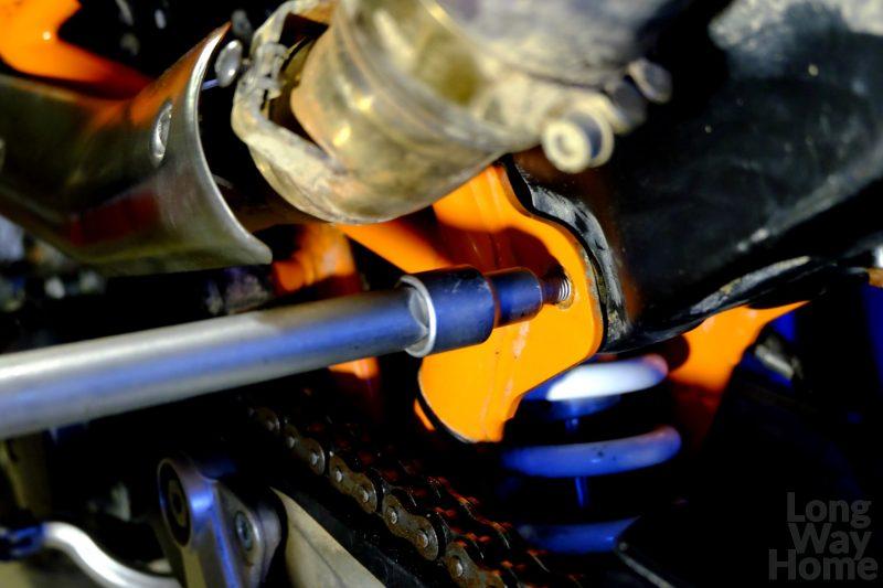 ... anastępnie wykręć śrubę podrugiej stronie - ...next take the bolt out on the other side