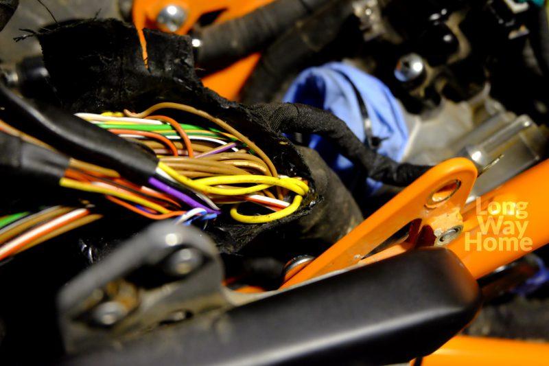 Gdzieś wtejwiązce jest przewód odpowiedzialny zaświatła główne - Somewhere in bunch of wires there is one responsible for lights.